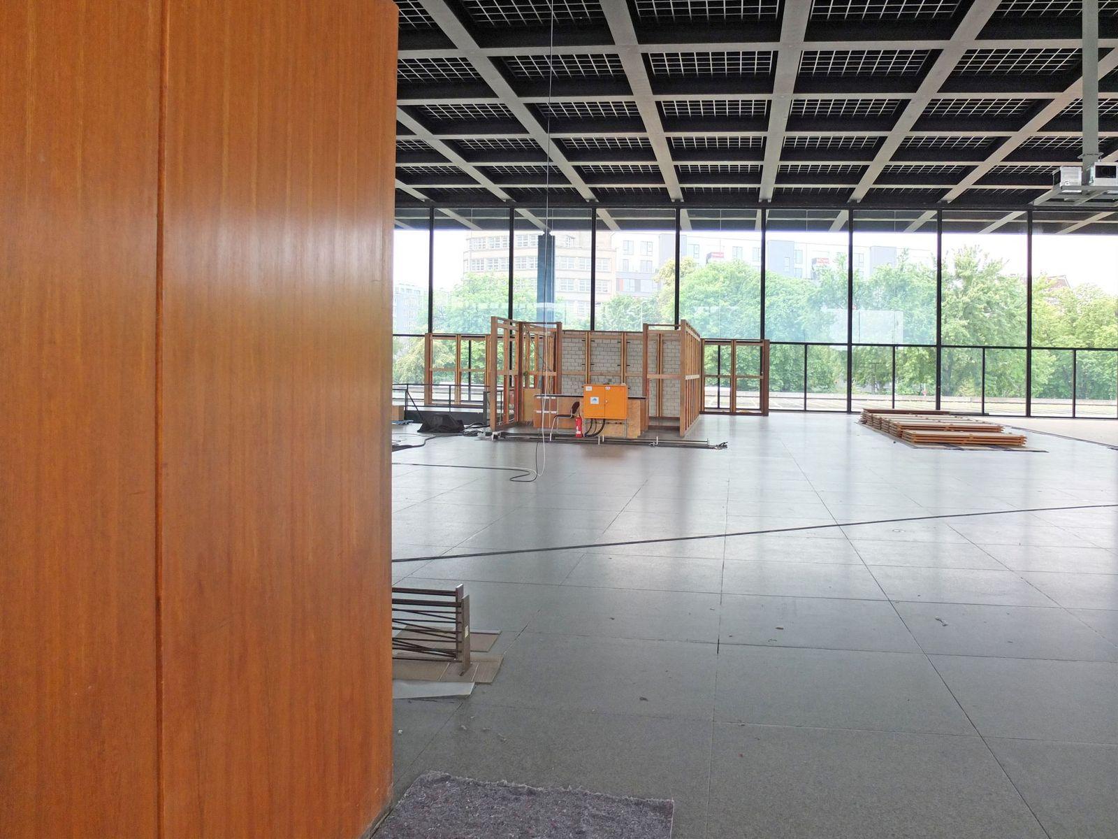Die Holzoberfläche der Garderobe. Im Bildhintergrund liegen die Paneele demontiert und gestapelt auf dem Boden. Foto: schmedding.vonmarlin.