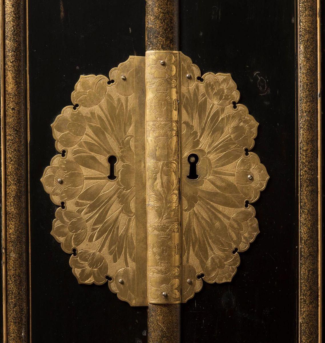 Detail vom Münzschrank: zentraler Beschlag mit Chrysanthemen und zweifachem Radmonogramm (auf der Schlagleiste) © Staatliche Museen zu Berlin, Kunstgewerbemuseum; Foto: Tomasz Samek, Münster
