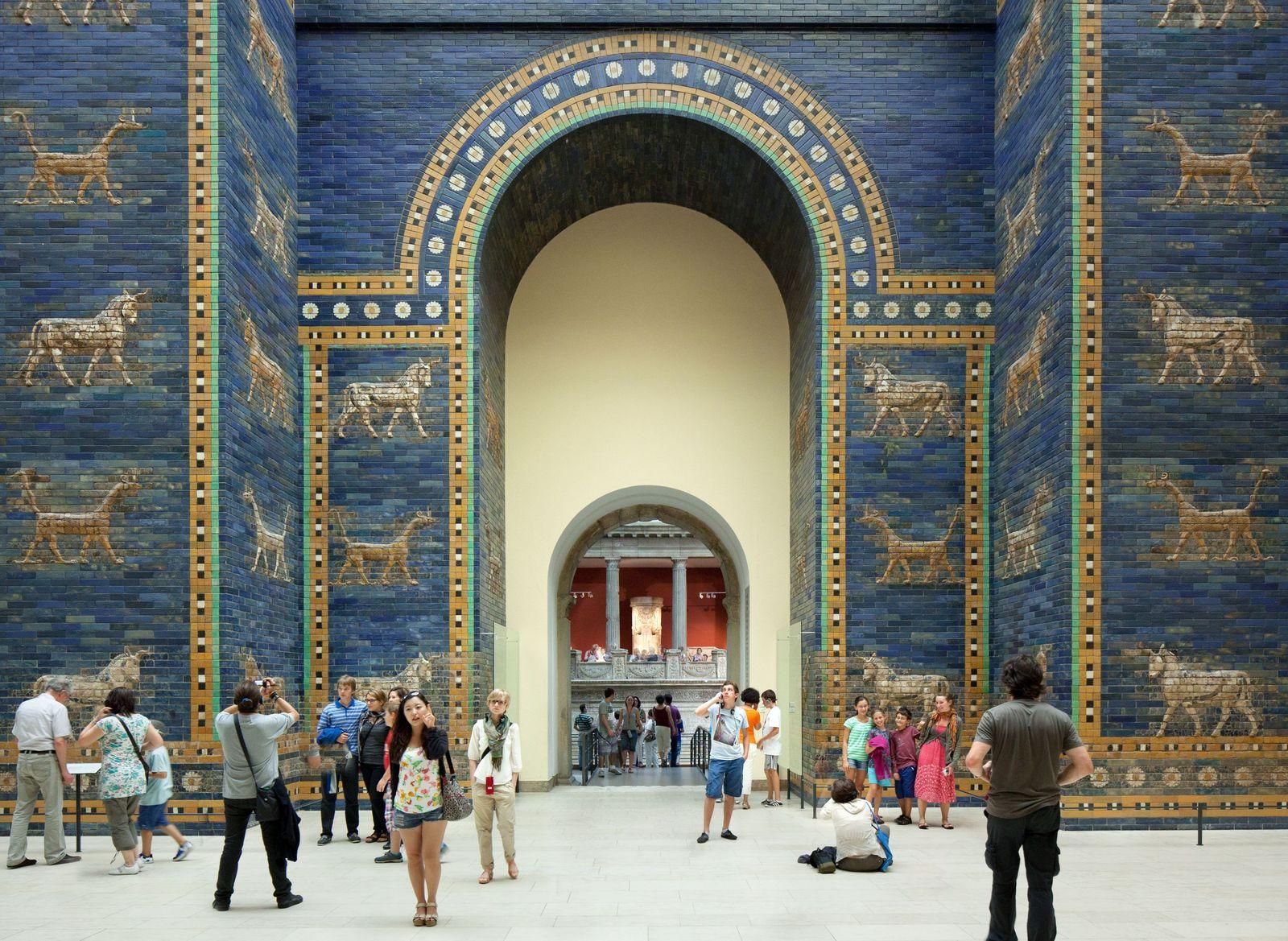 Das berühmte Ischtar-Tor im Pergamonmuseum. (c) Staatliche Museen zu Berlin, Achim Kleuker