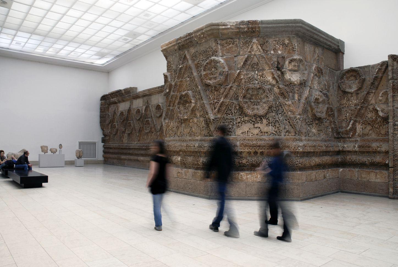Die Mschatta-Fassade im Pergamonmuseum. (c) Staatliche Museen zu Berlin, Achim Kleuker