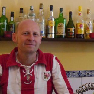 Martin Krühne von El Maximon vor seinem Ausschank. foto: Anabel Acuna