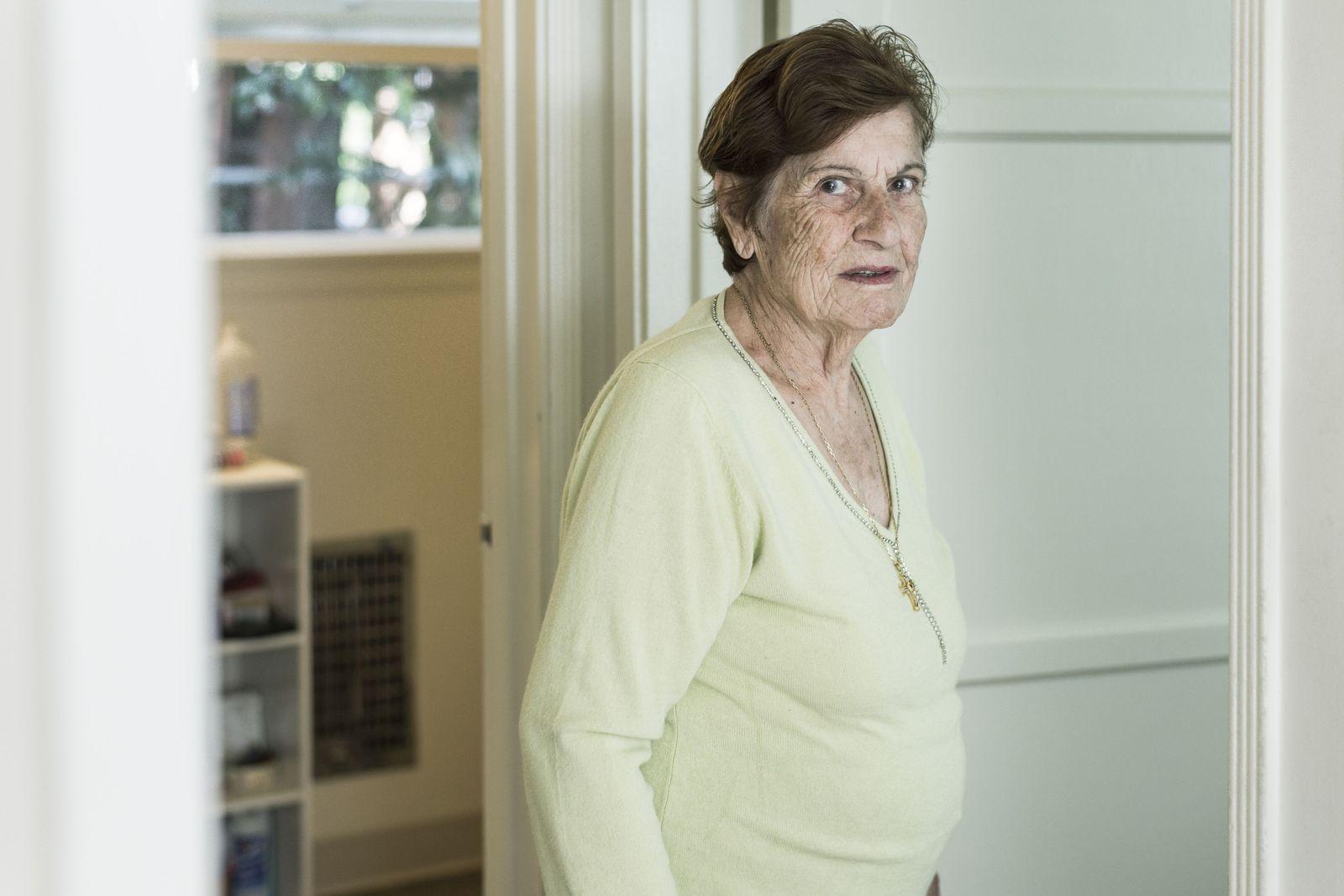 """Aroussiag Sassounian 84, Rentnerin, Los Angeles """"Die waren so fasziniert vom armenischen Kaffee, dass sie ihn nicht austranken und die halbvollen Tassen mit nach Hause nahmen."""" © Erol Gurian 2016"""