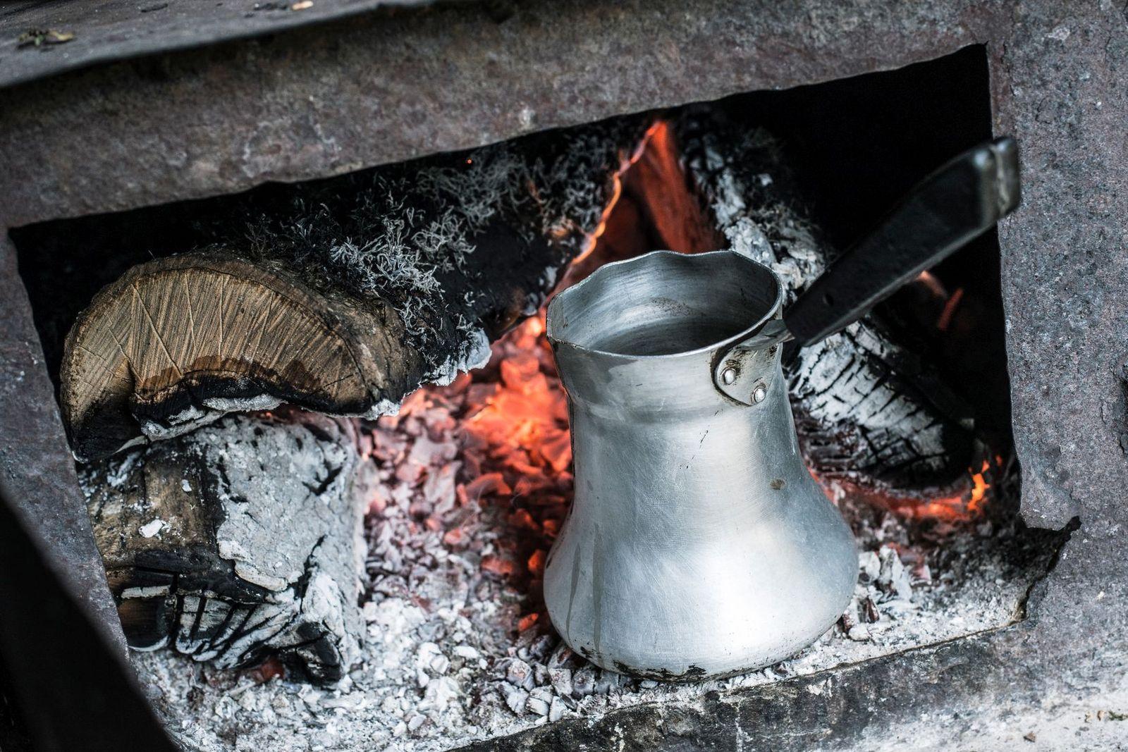 Kaffeekanne in einem Stahlofen, Gandsassar © Erol Gurian 2016