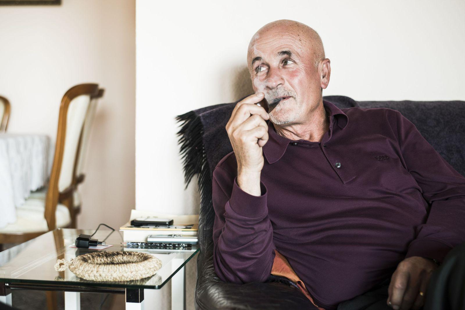 """Hamaz Ghazarian 63, Facharzt für Allgemeinmedizin, Köln """"Der schlug vor, dass er uns ein Haus baut und ich ihm dafür einen Mercedes besorge. Zwei Jahre später haben wir einen Autoschlüssel gegen unseren Hausschlüssel eingetauscht."""" © Erol Gurian 2016"""