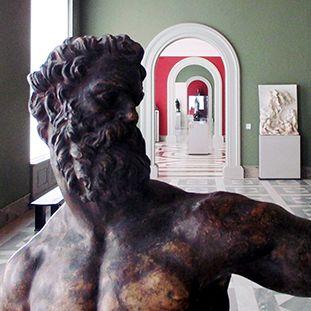 Blick über die Schultern von Giambolognas Herkules (um 1600) im Bode-Museum. Im Hintergrund ist der Abguss der Bronze Johannes des Täufers zu sehen
