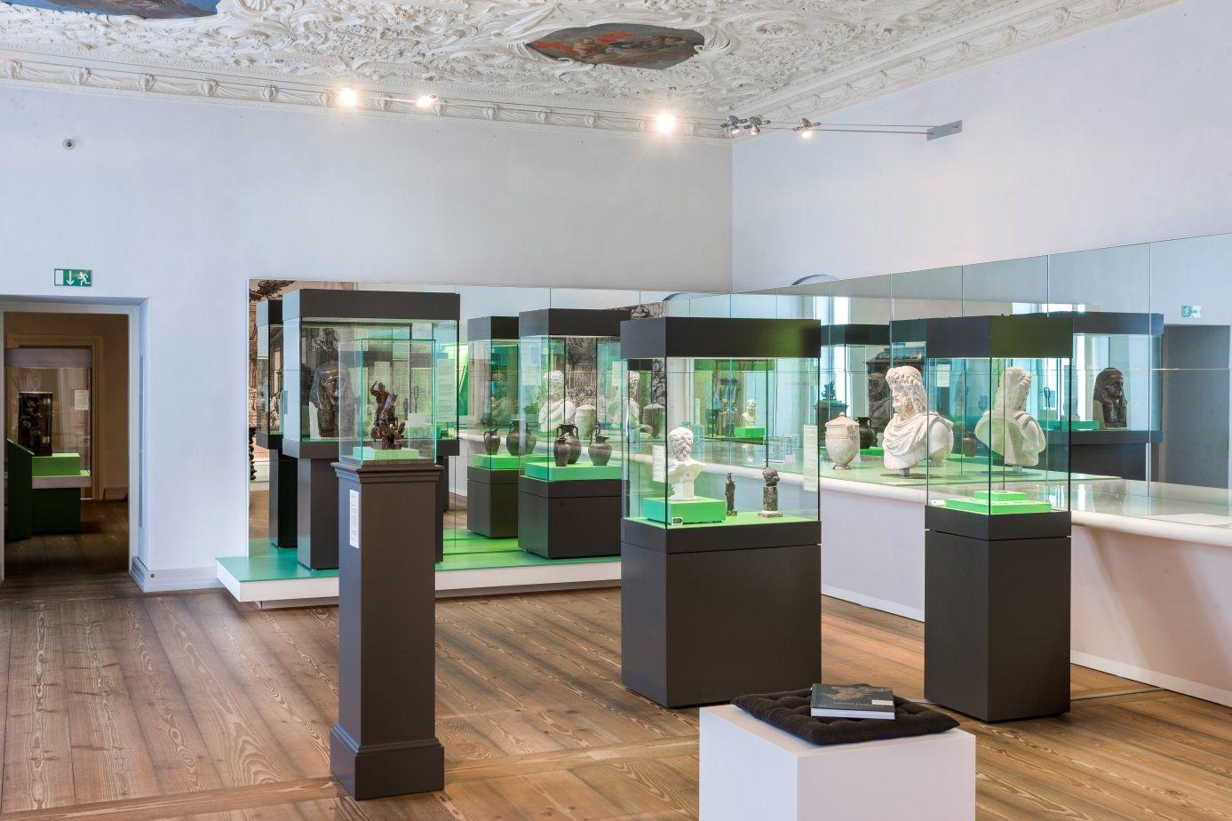 Blick in die Ausstellung © Kunstgewerbemuseum SMB; Foto: Achim Stiegel, Bearbeitung Stephan Klonk