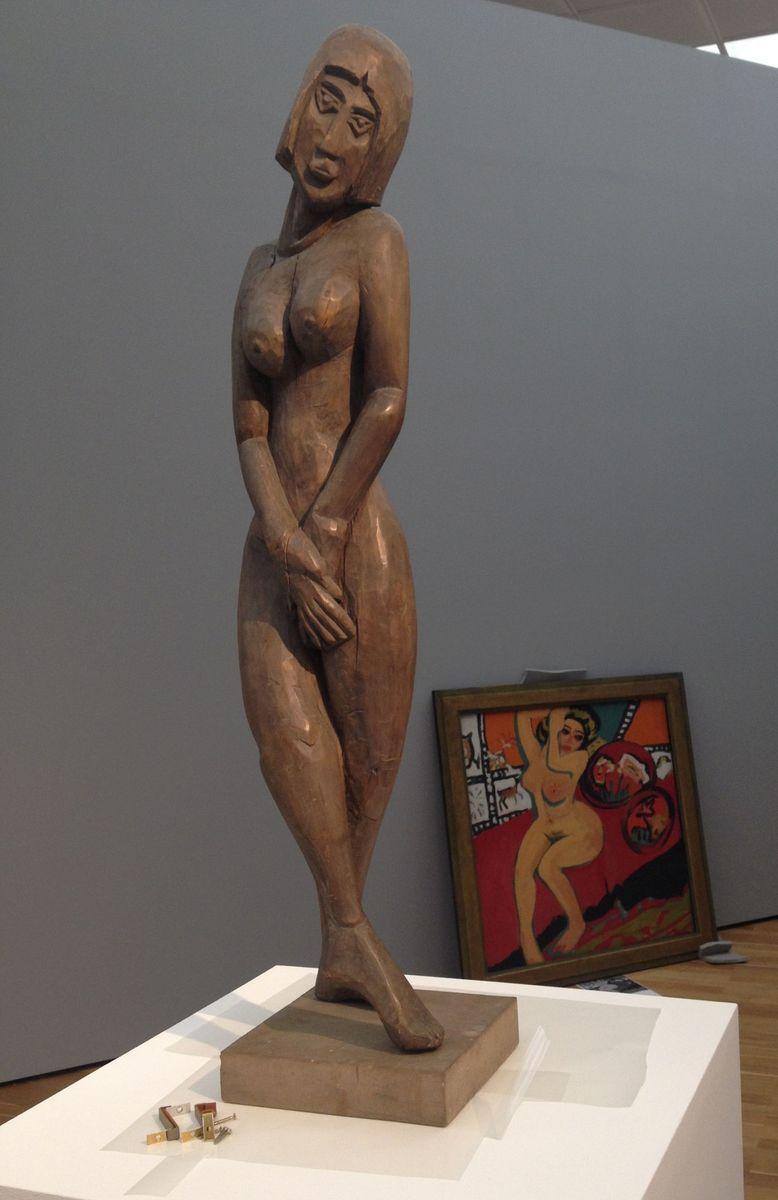 Ernst Ludwig Kirchner, Stehende (1912), im Hintergrund Sitzender Akt mit erhobenen Armen (1910/1926)