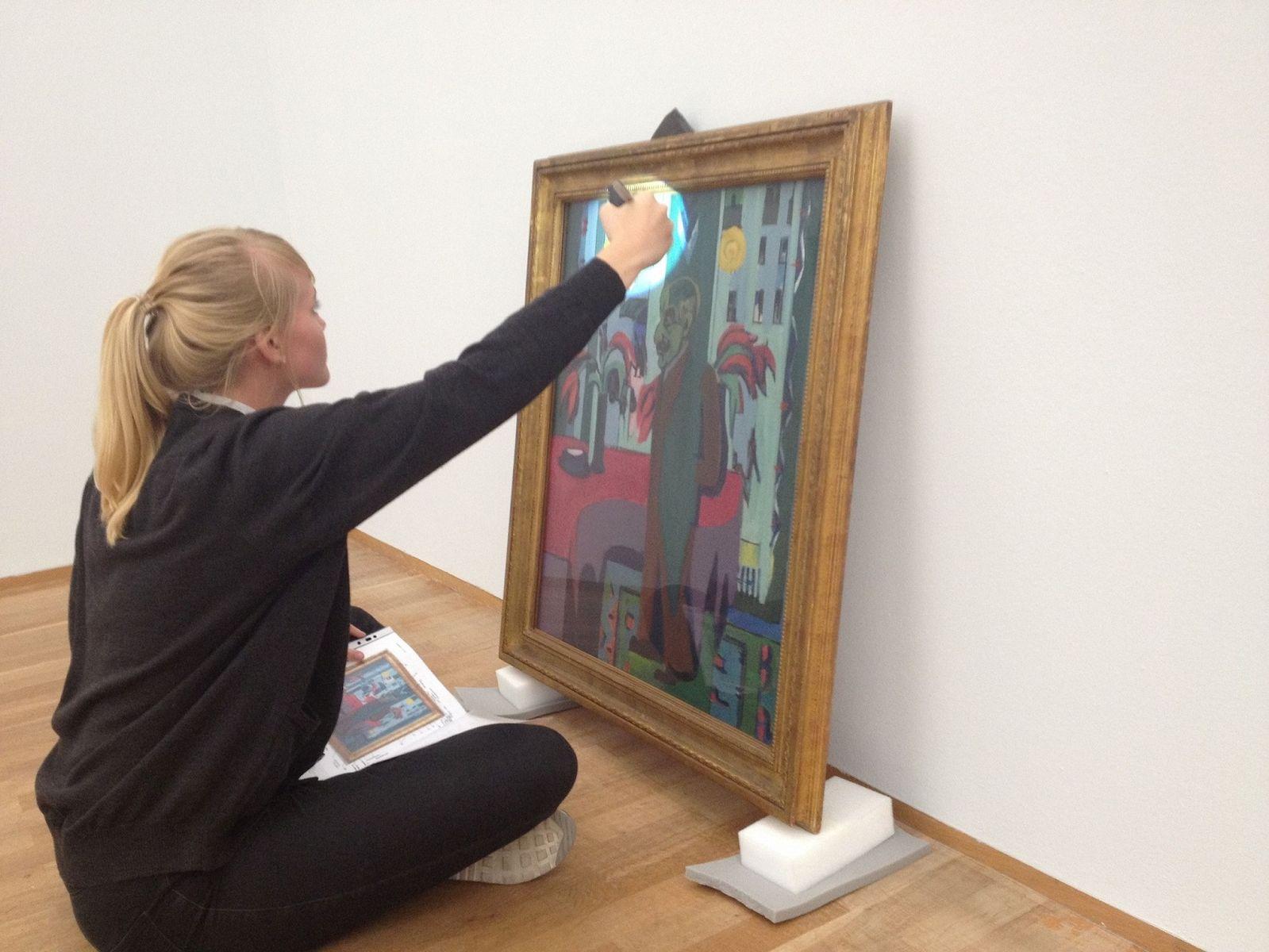 Praktikantin Theresa Weidt bei der Arbeit. Foto: Marie Förster, Nationalgalerie