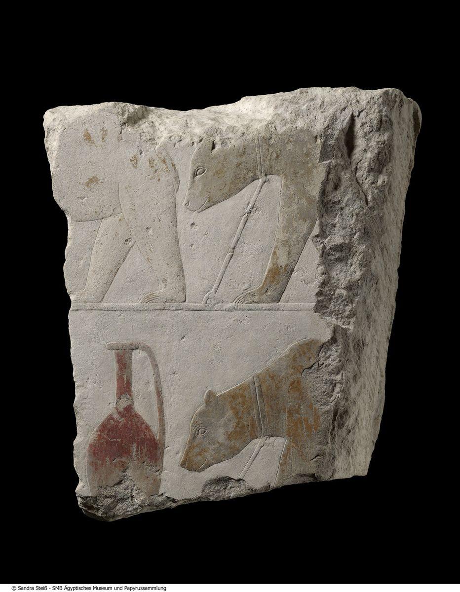 Relieffragment aus dem Totentempel des Sahure in Abusir: Syrische Bären und Gefäße, Kalkstein, bemalt (ÄM 21828) © Staatliche Museen zu Berlin, Ägyptisches Museum und Papyrussammlung / S. Steiß