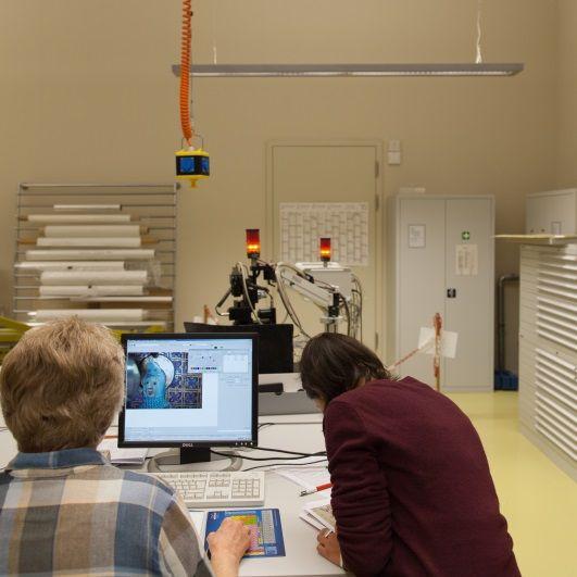 Röntgenfluoreszenzanalyse durch die Mitarbeiterinnen des Rathgen-Forschungslabors ©Deutsche Digitale Bibliothek Foto: Jürgen Keiper