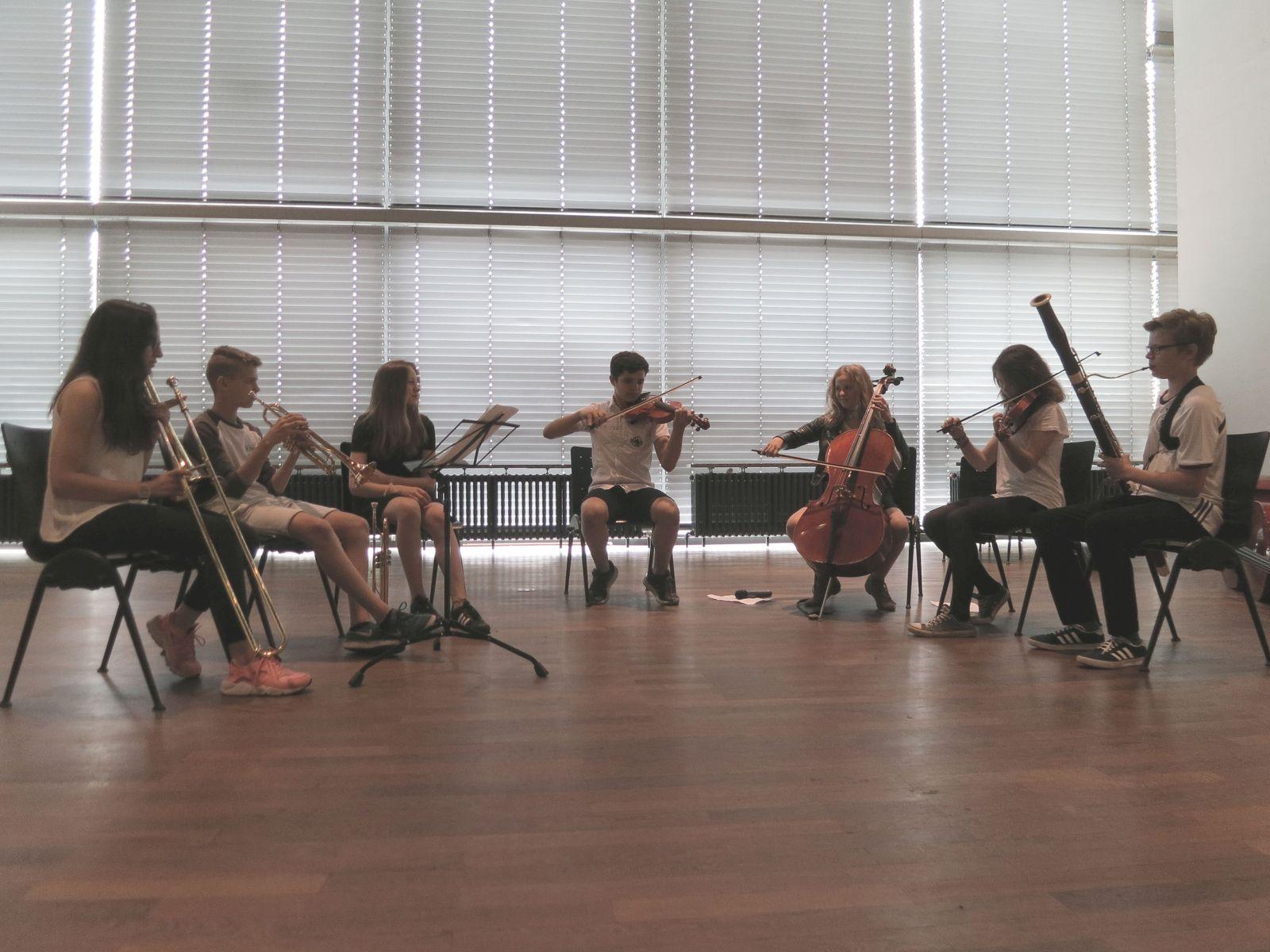 Schüler musizieren mit dem AsianArt Ensemble im Museum für Asiatische Kunst. (c) Museum für Asiatische KunstSchüler musizieren mit dem AsianArt Ensemble im Museum für Asiatische Kunst. (c) Museum für Asiatische Kunst