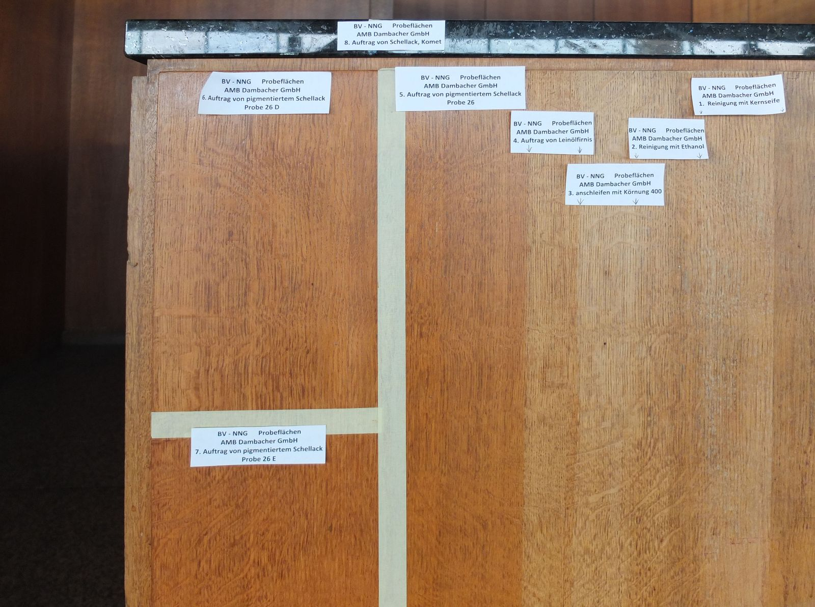 Erste Bemusterung der Holzbehandlung am Tresen der Neuen Nationalgalerie. Foto: schmedding.vonmarlin.