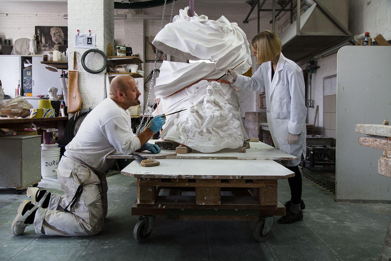 Sandro di Michele und Nina Röwer von der Gipsformerei arbeiten an der Feinretusche eines Teiles der Skulptur. Foto: Fabian Fröhlich