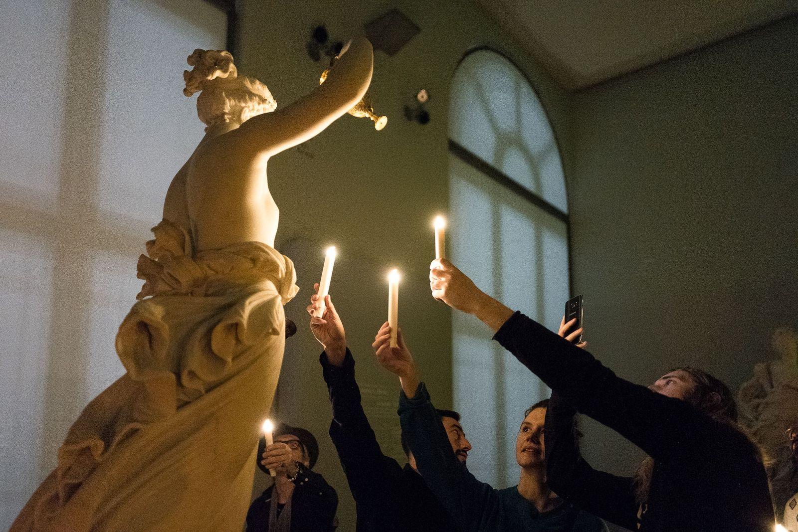 Im flackernden Kerzenschein bekamen die Gäste eine Ahnung, wie die Skulpturen vor 200 Jahren die Betrachter beeindruckt haben müssen. Christoph Neumann, www.christoph-neumann.com
