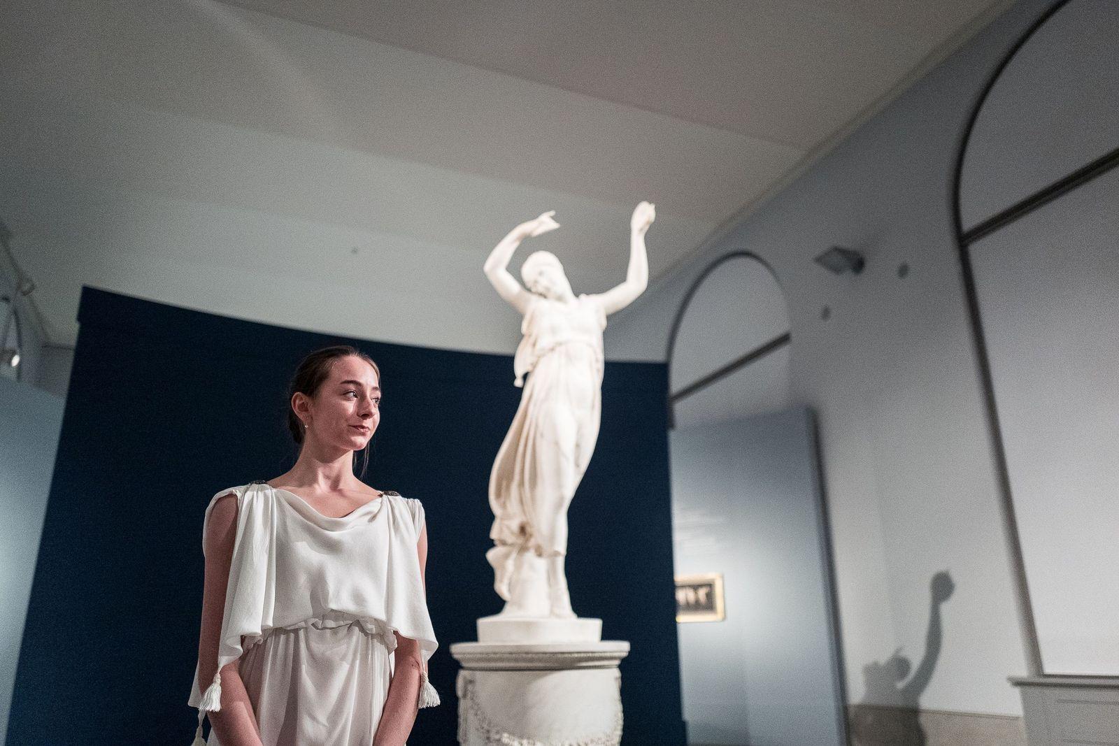 """Alicia Ruben, Tänzerin beim Staatsballett Berlin, vor Antonio Canovas """"Tänzerin"""". Foto: Christoph Neumann, www.christoph-neumann.com"""