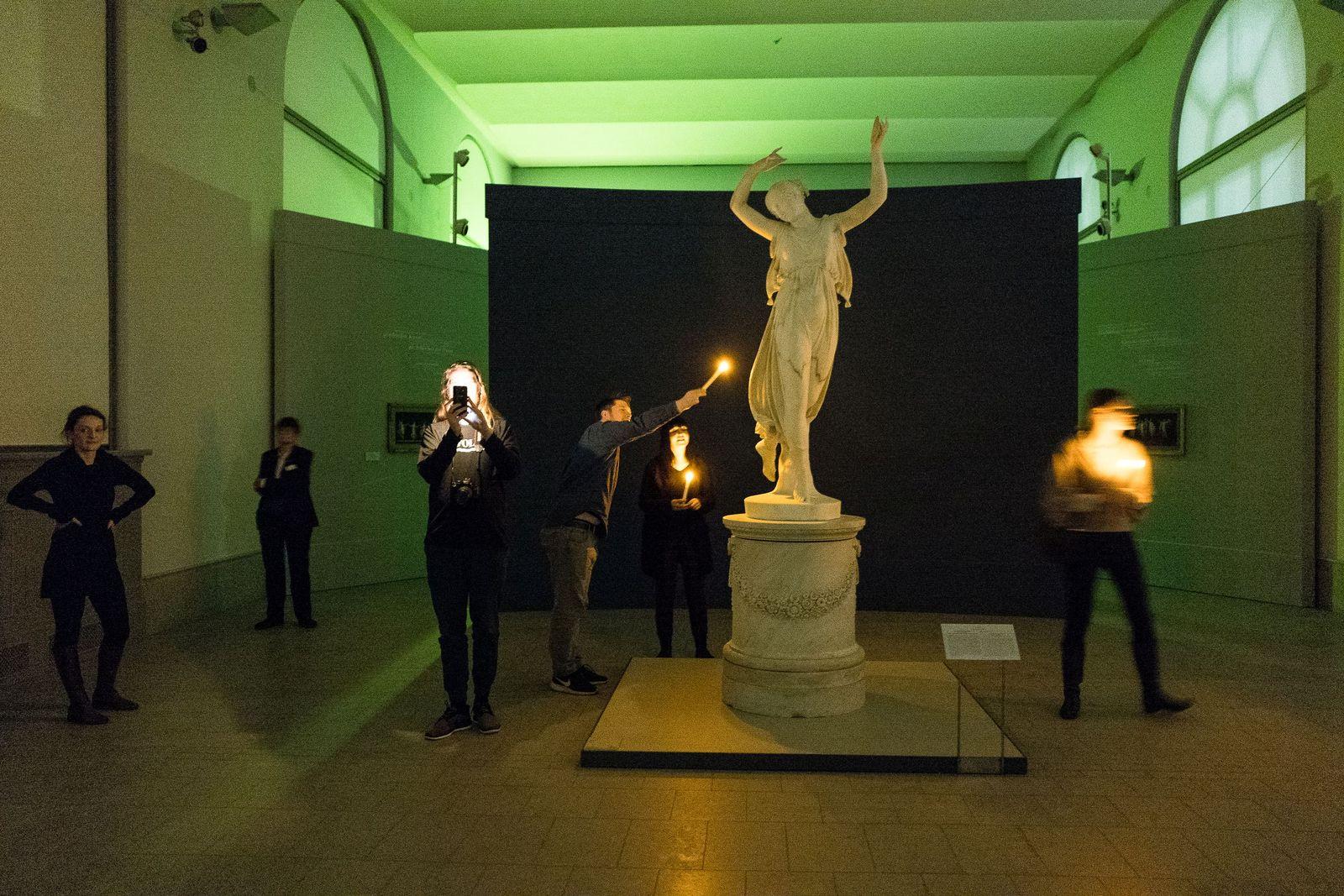 Das Kerzenlicht eröffnet neue Perspektiven auf den Marmor. Foto: Christoph Neumann, www.christoph-neumann.com