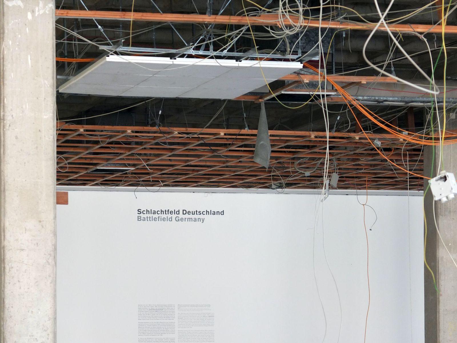 """Überreste erinnern an die letzte Ausstellung """"Ausweitung der Kampfzone. 1968–2000"""". © Staatliche Museen zu Berlin / schmedding.vonmarlin."""