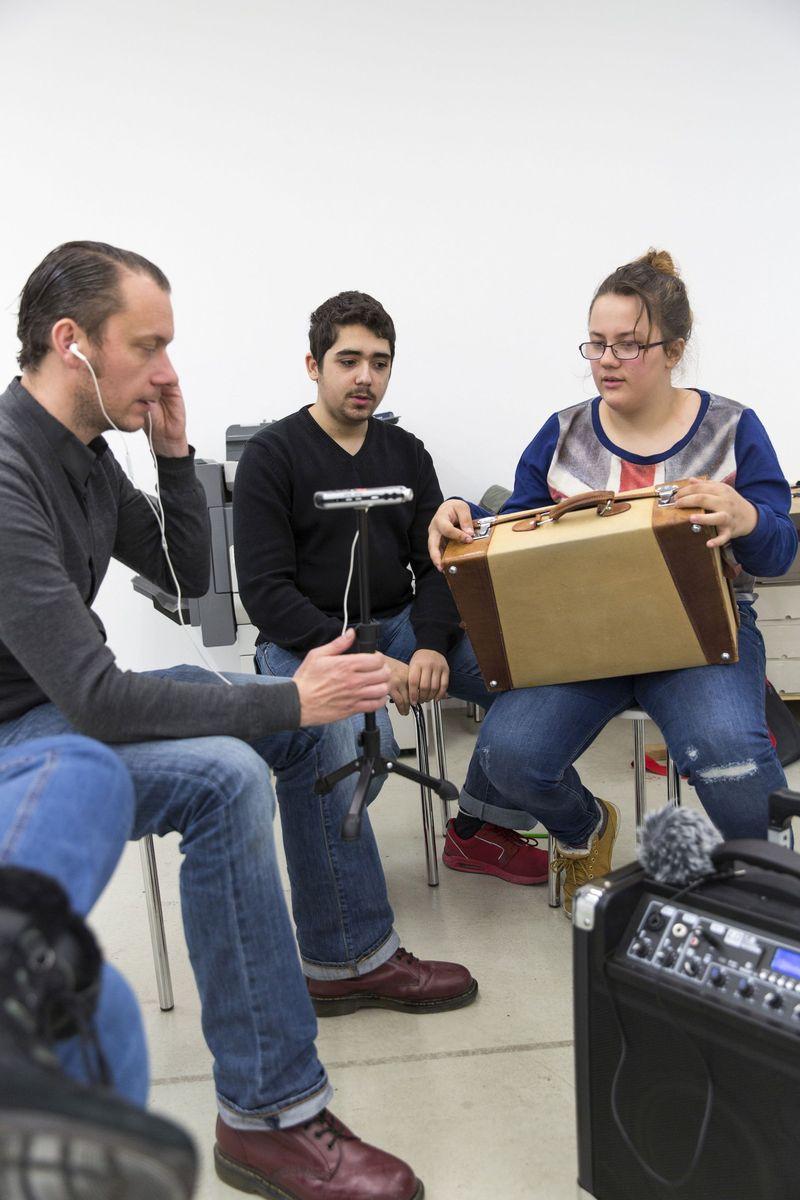 """Kiez Meets Museum: Schülerinnen und Schüler arbeiten bei """"Stell die Verbindung her"""" an einem eigenen Audioguide © Staatliche Museen zu Berlin, 2016, Fotos: Anika Büssemeier"""