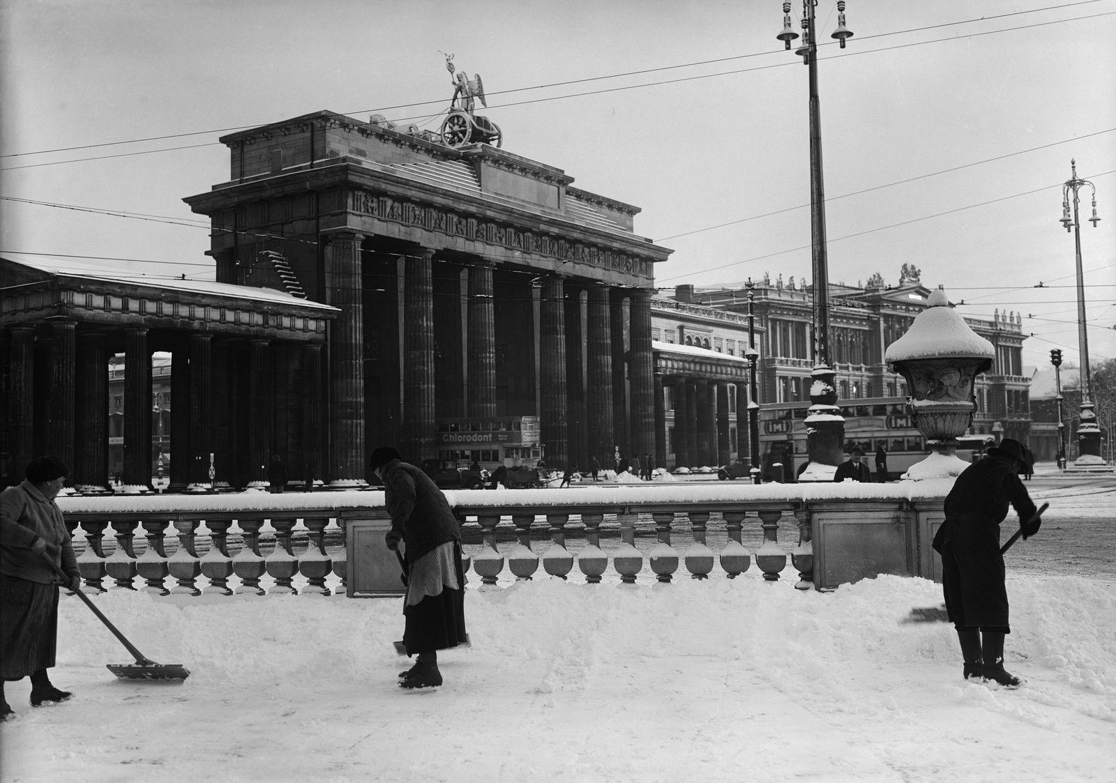 Schneefegen am Brandenburger Tor, rechts die Amerikanische Botschaft, 1925 © bpk / Kunstbibliothek, SMB / Willy Römer