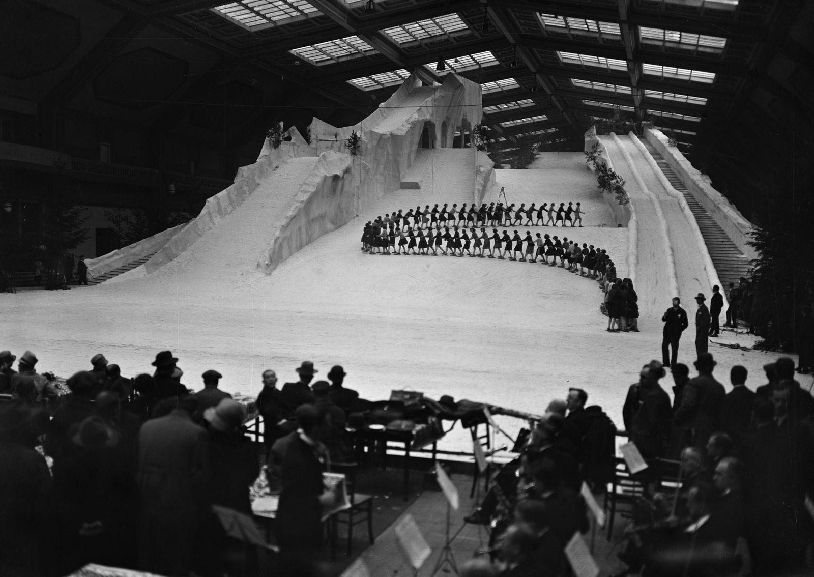 Eis-Girls bei ihren Eissport-Vorführungen im Berliner Schneepalast am Kaiserdamm, 1927 © bpk / Kunstbibliothek, SMB / Willy Römer
