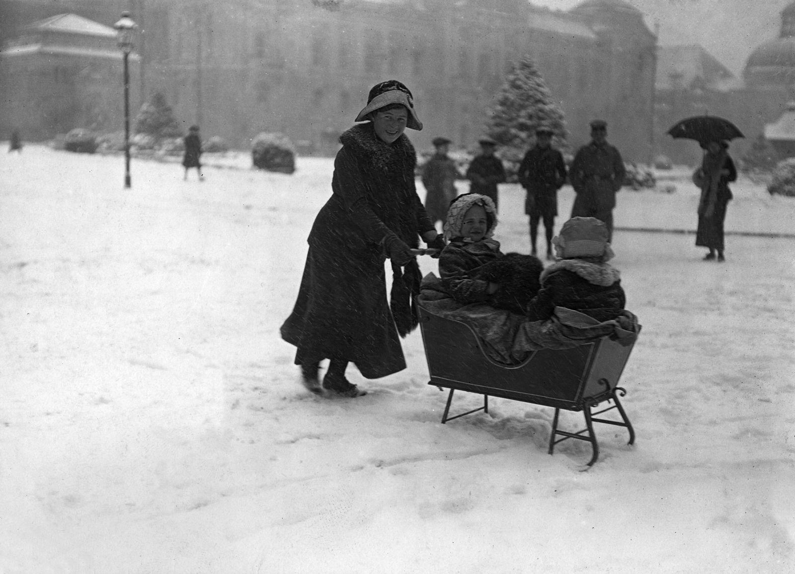 Schlitten mit Kindern am Gendarmenmarkt, um 1906 © bpk / Kunstbibliothek, SMB / Willy Römer