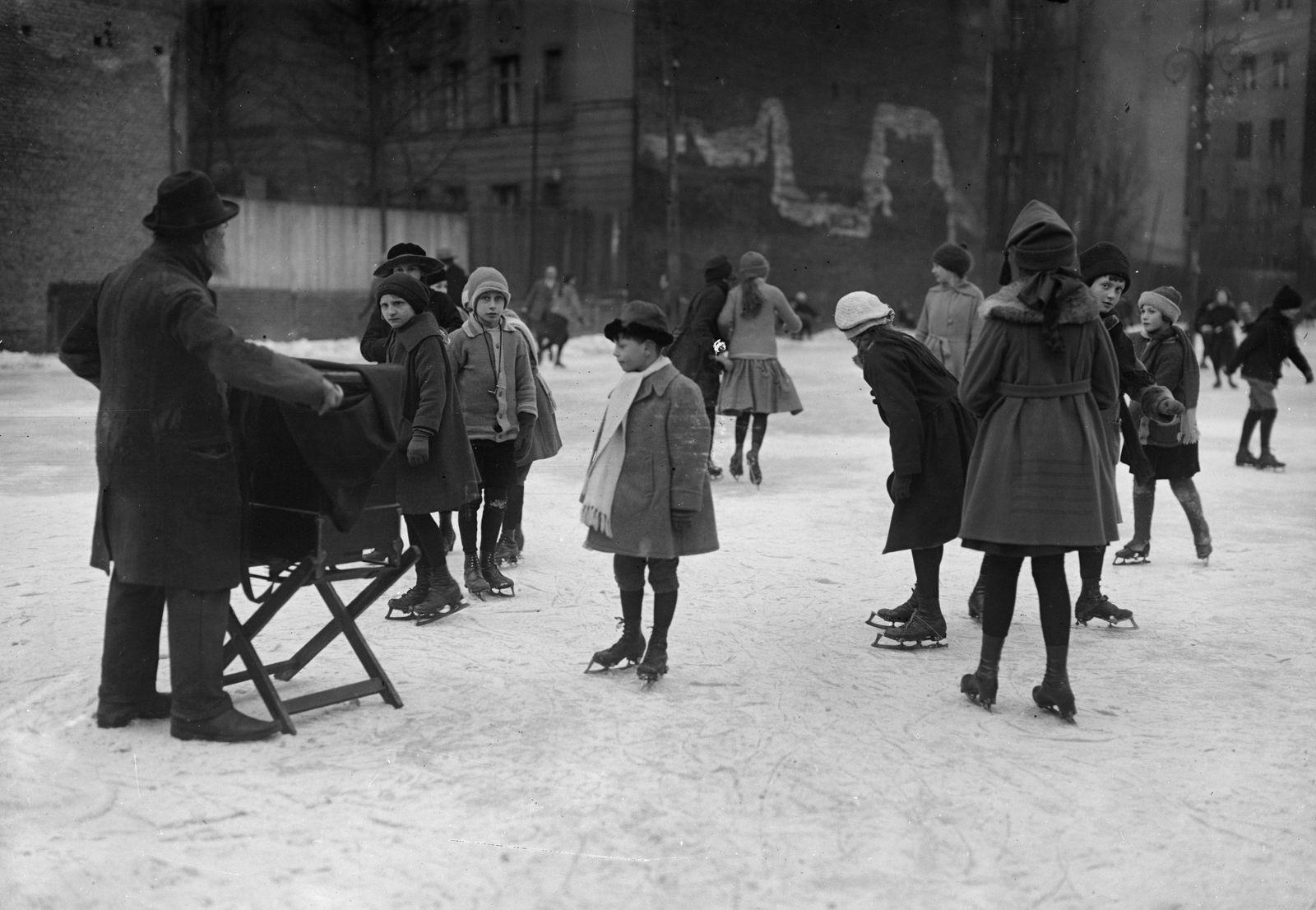 Althergebrachte Leierkastenmusik beim Schlittschuhlaufen, 1912 © bpk / Kunstbibliothek, SMB / Willy Römer