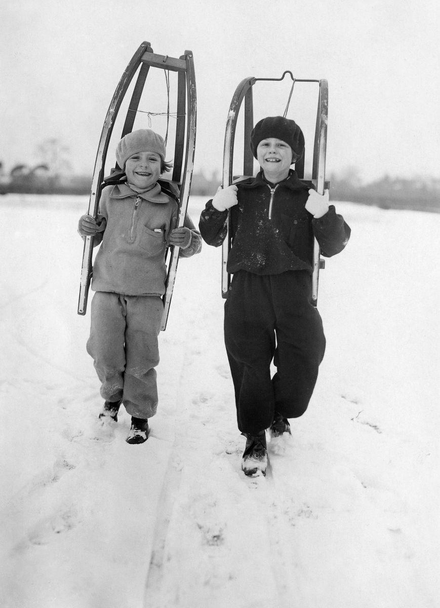 Wintersport: Kinder gehen zum Rodeln, 1929 © bpk / Kunstbibliothek, SMB / Willy Römer