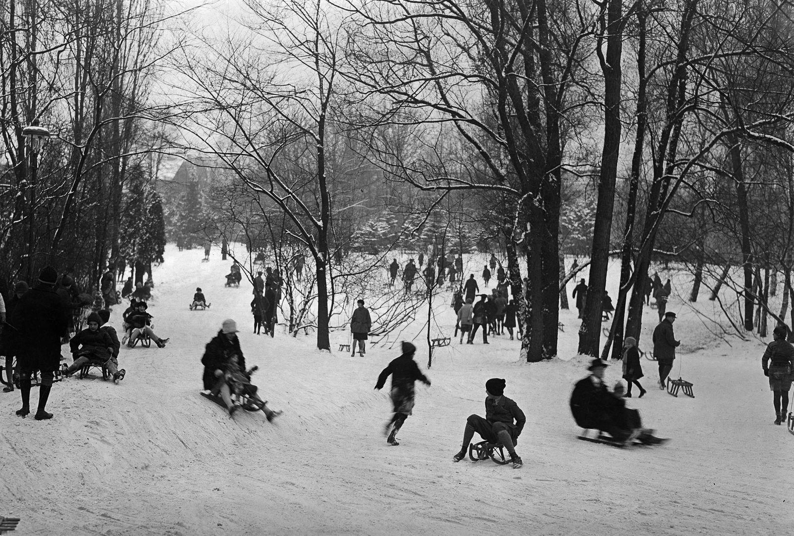 Wintersport im Stadtpark Berlin Steglitz: Eltern und Kinder beim Rodeln, 1929 © bpk / Kunstbibliothek, SMB / Willy Römer