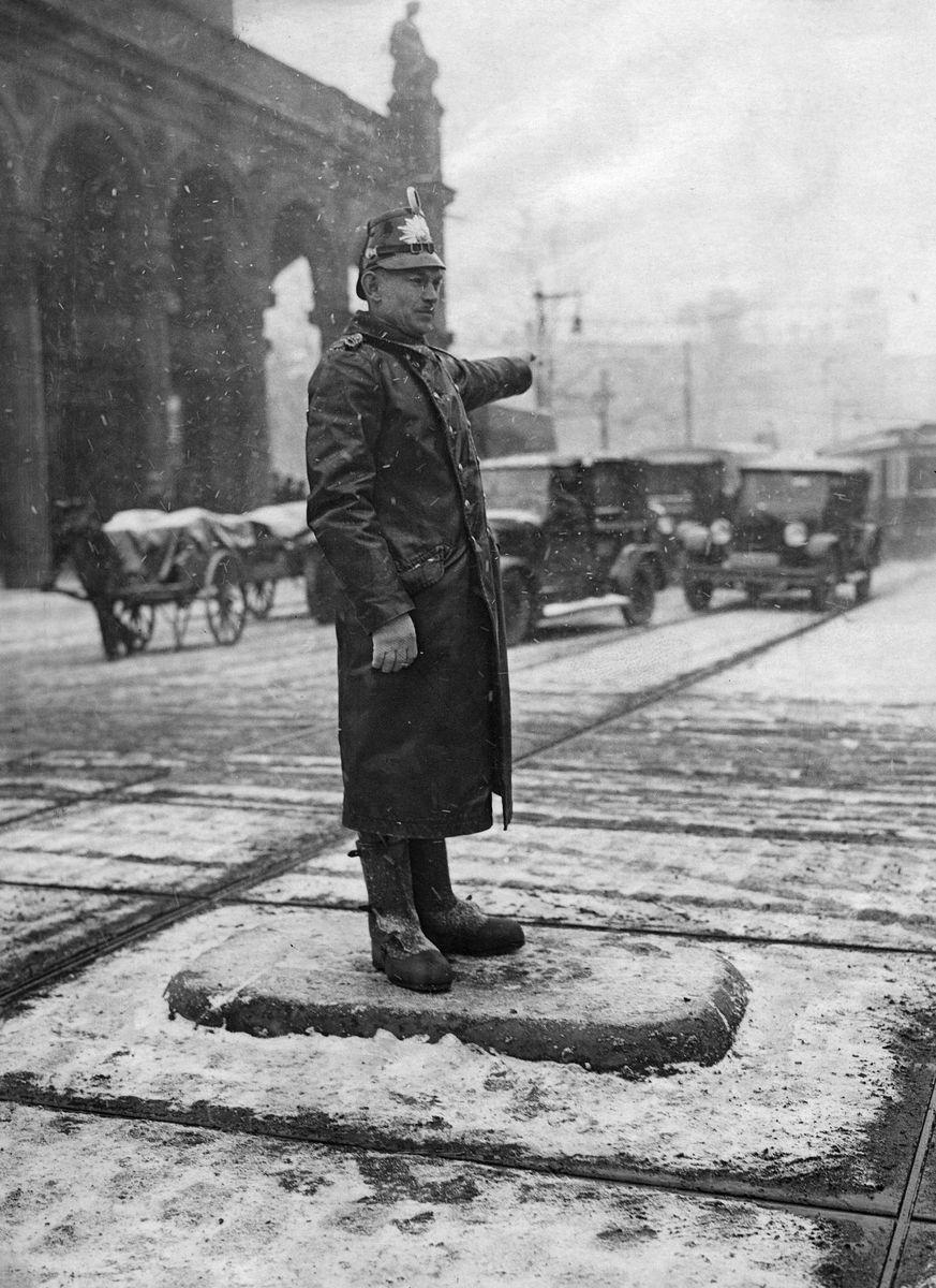Schutzpolizei - Verkehrspolizist in Berlin am Halleschen Tor, 1927 © bpk / Kunstbibliothek, SMB / Willy Römer