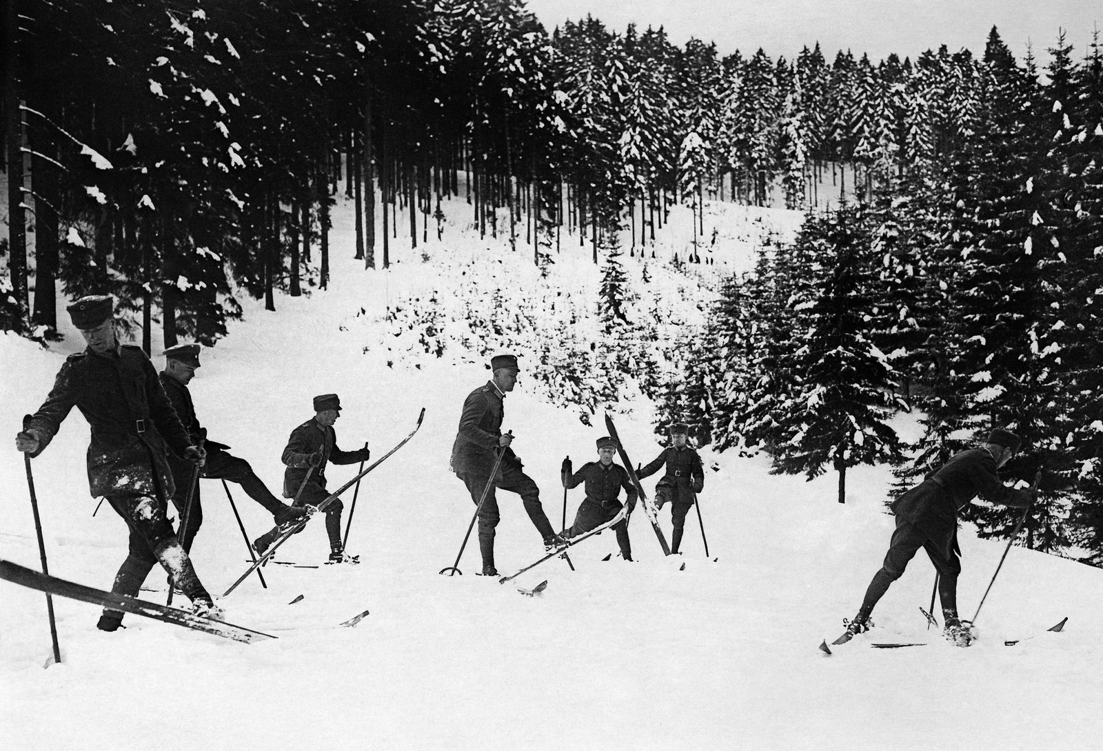 Skikurs für Militärangehörige, um 1930 © bpk / Kunstbibliothek, SMB / Willy Römer
