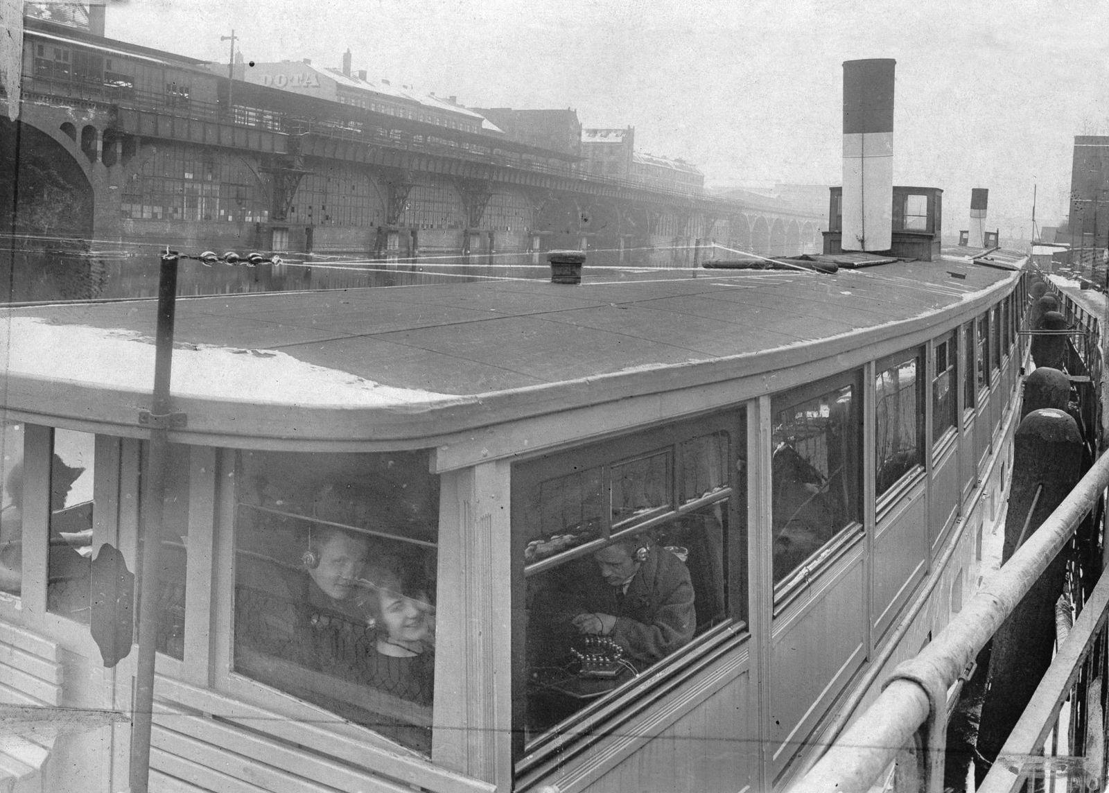 """Berlin: Rundfunk auf dem Wasser: Die Antenne auf dem Dach des Spreedampfers """"Wintermärchen"""", 1924 © bpk / Kunstbibliothek, SMB / Willy Römer"""