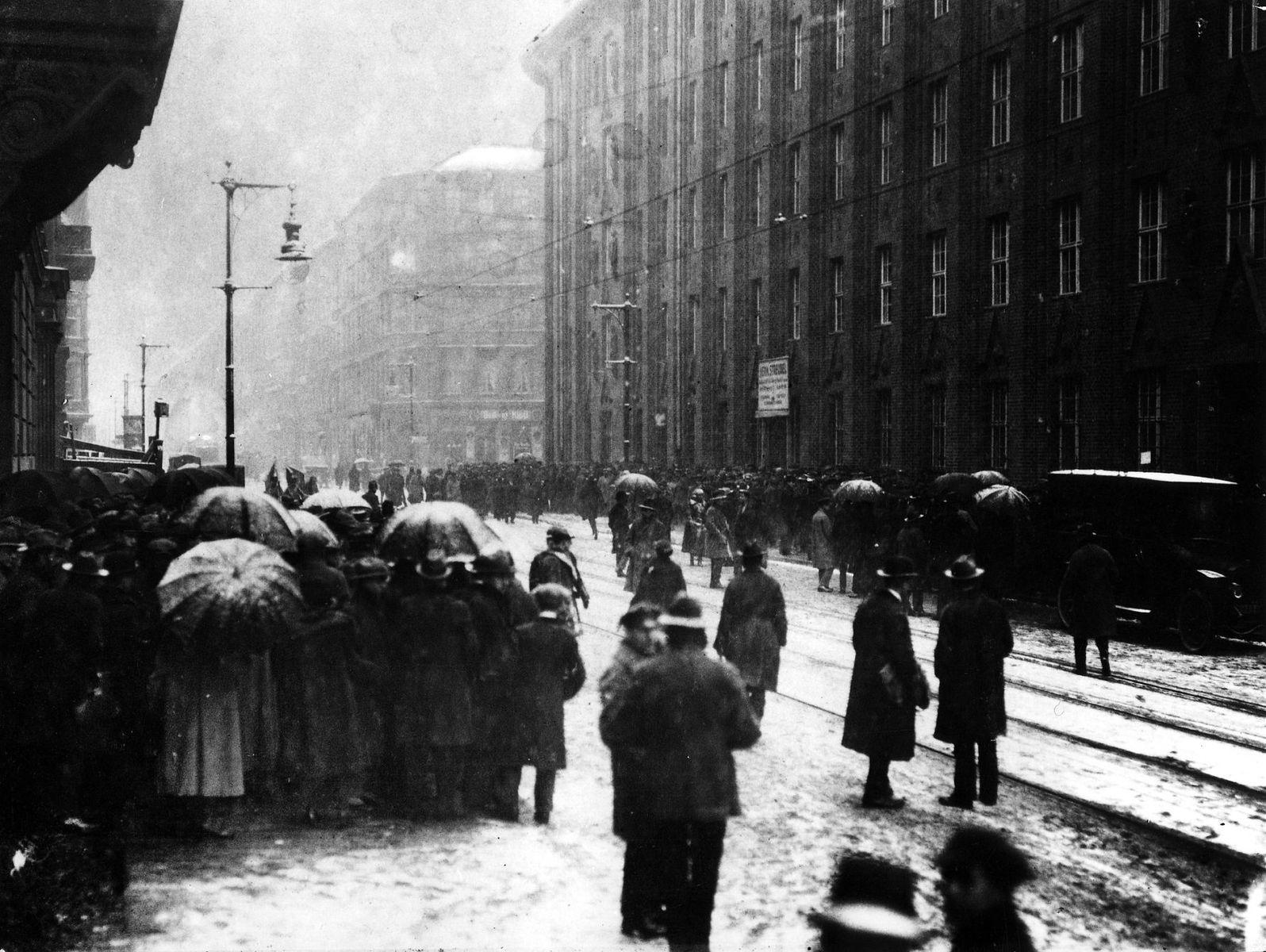 """""""Nach der Währungsreform: Geldausgabestelle der Rentenbank in Berlin im Schneetreiben"""", 1923 © bpk / Kunstbibliothek, SMB / Willy Römer"""