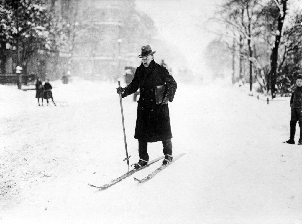 Mann auf Skiern im verschneiten Berlin, um 1900 © bpk / Kunstbibliothek, SMB / Willy Römer