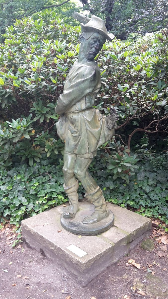 """Der """"Hühnerdieb"""" im Garten des Schloss Köpenick. Foto: Regina Oelsner"""