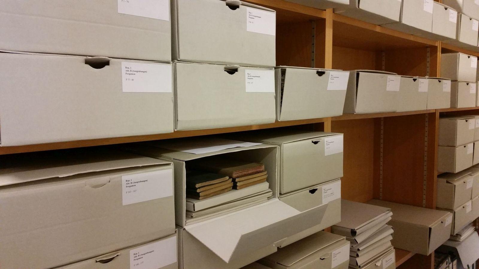 Boxen im Archivraum. Foto Petra Wodtke