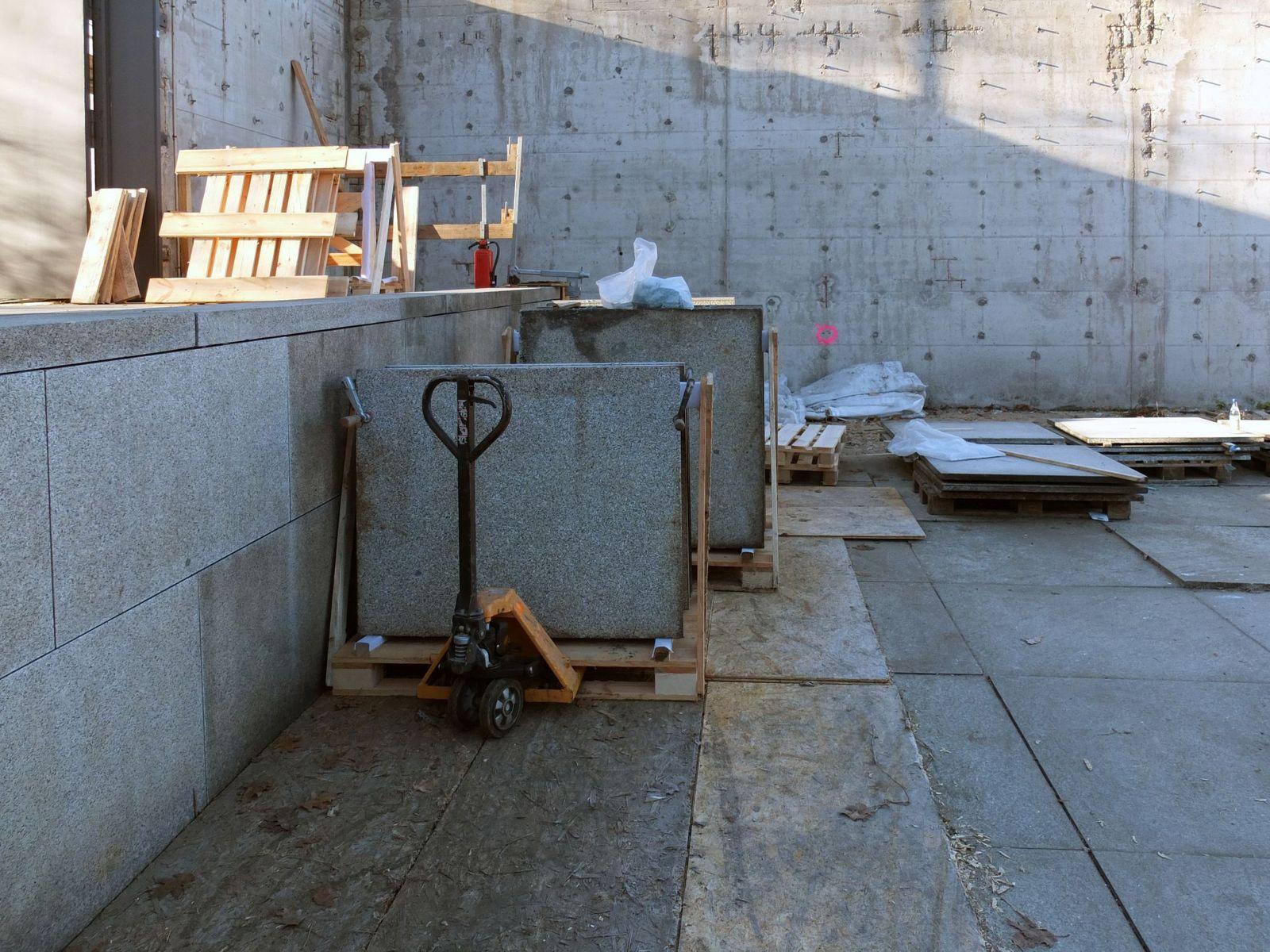 Demontage der Granitplatten im Skulpturengarten. Foto: schmedding.vonmarlin.