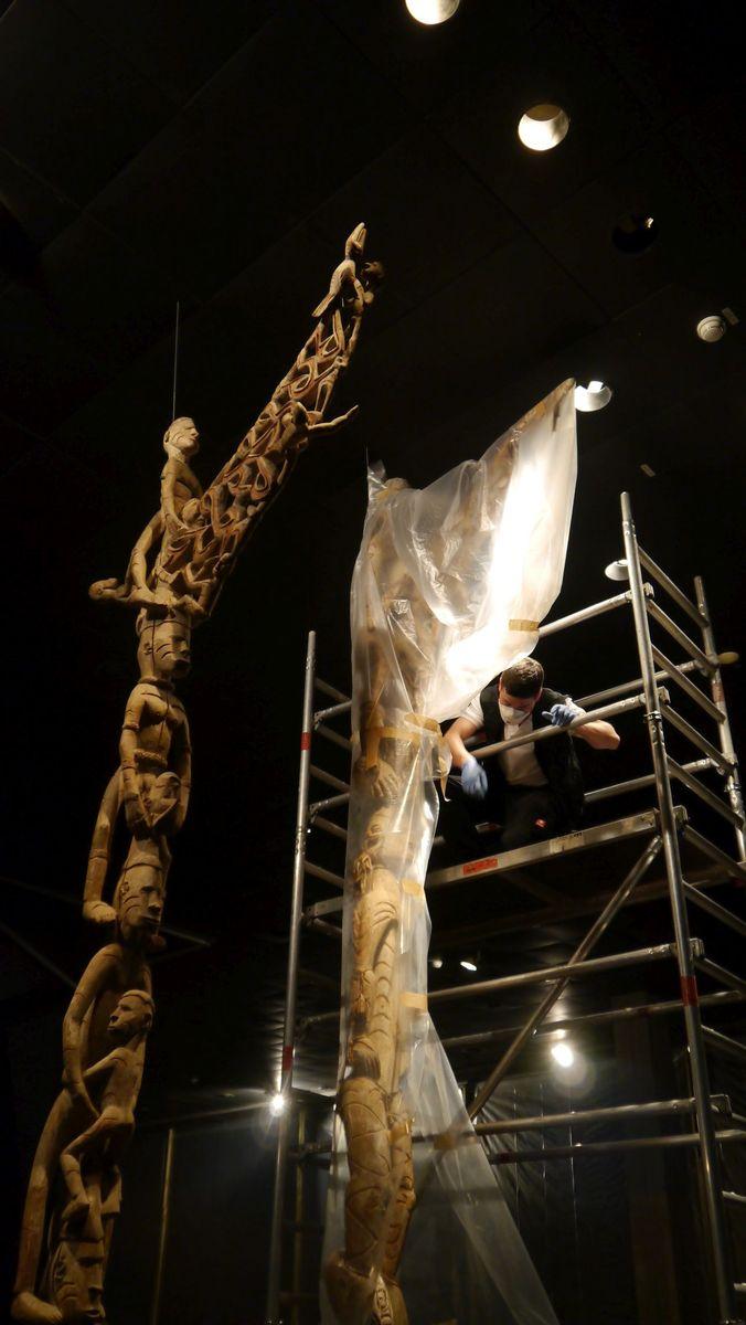 Teils über sieben Meter hoch sind die Ahnenpfähle - logistisch eine Herausforderung. Foto: Staatliche Museen zu Berlin, Anna Mosig