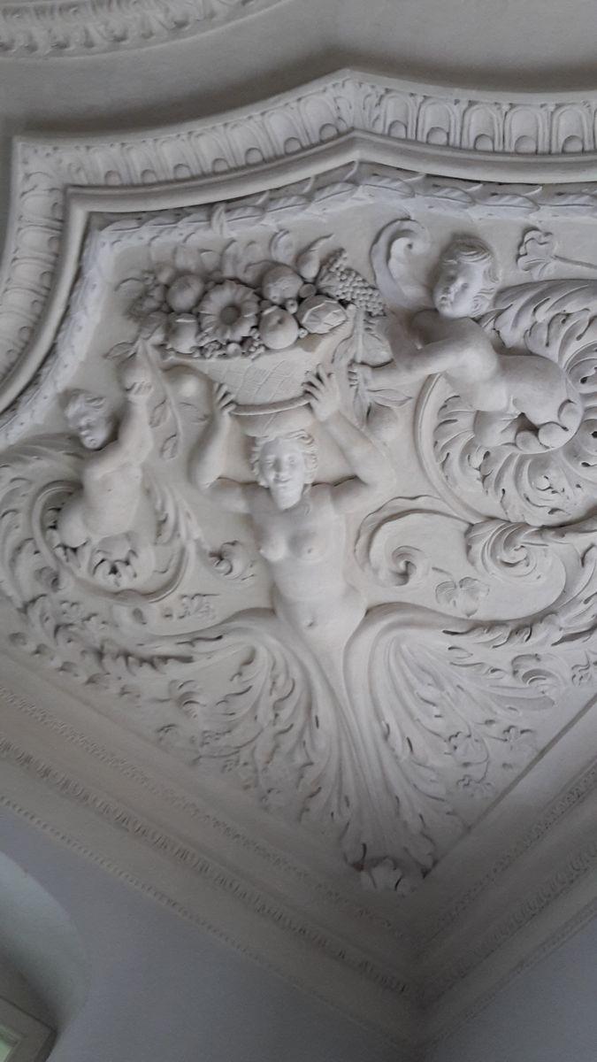 Kunstvolle Stuckdecken im Schloss Köpenick. Foto: Regina Oelsner