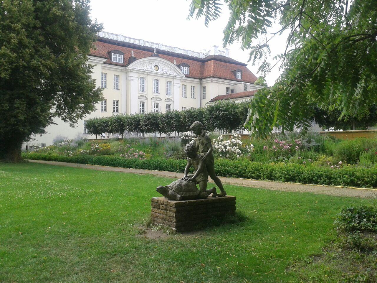 Skulptur von Kindern mit Schildkröte im Park des Schloss Köpenick. Foto: Regina Oelsner