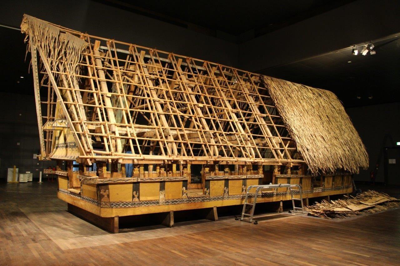 Das halb abgedeckte Palau Haus im Ethnologischen Museum. Foto: SPK / Stefan Müchler