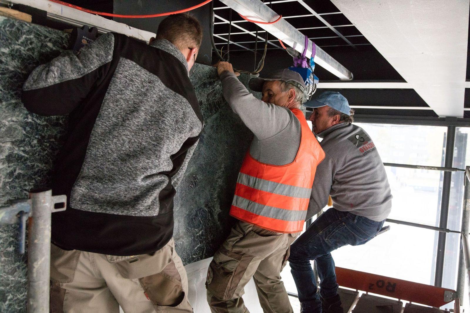 Während der Sanierung werden Teile der Verkleidung entfernt, um an die Versorgungsschächte zu gelangen. Die restlichen Abdeckungen werden vor Ort geschützt. Fotot: BBR / Thomas Bruns