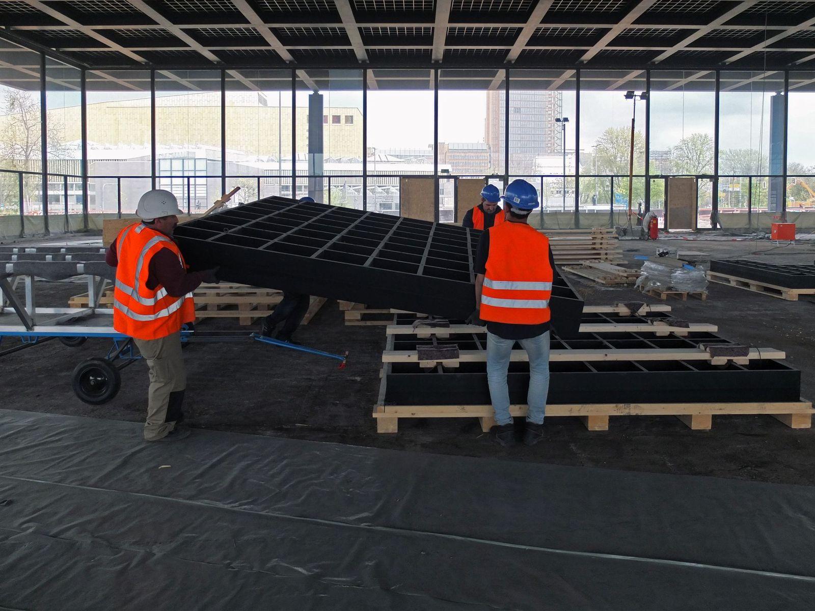 Das Deckengitter wird vorsichtig auf die Palette gehoben. Foto: SMB / schmedding.vonmarlin.