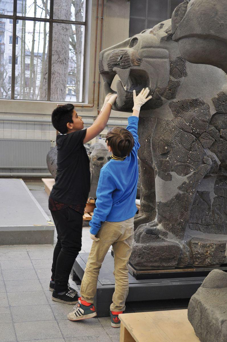 Besuch in der Restaurierungswerkstatt des Vorderasiatischen Museums. Über Jahre hinweg entstanden hier aus tausenden kleinen Steinfragmenten die Basaltskulpturen vom Tell Halaf (Siedlung im Gebiet des heutigen Syrien) neu. Foto: Petra Spielhagen
