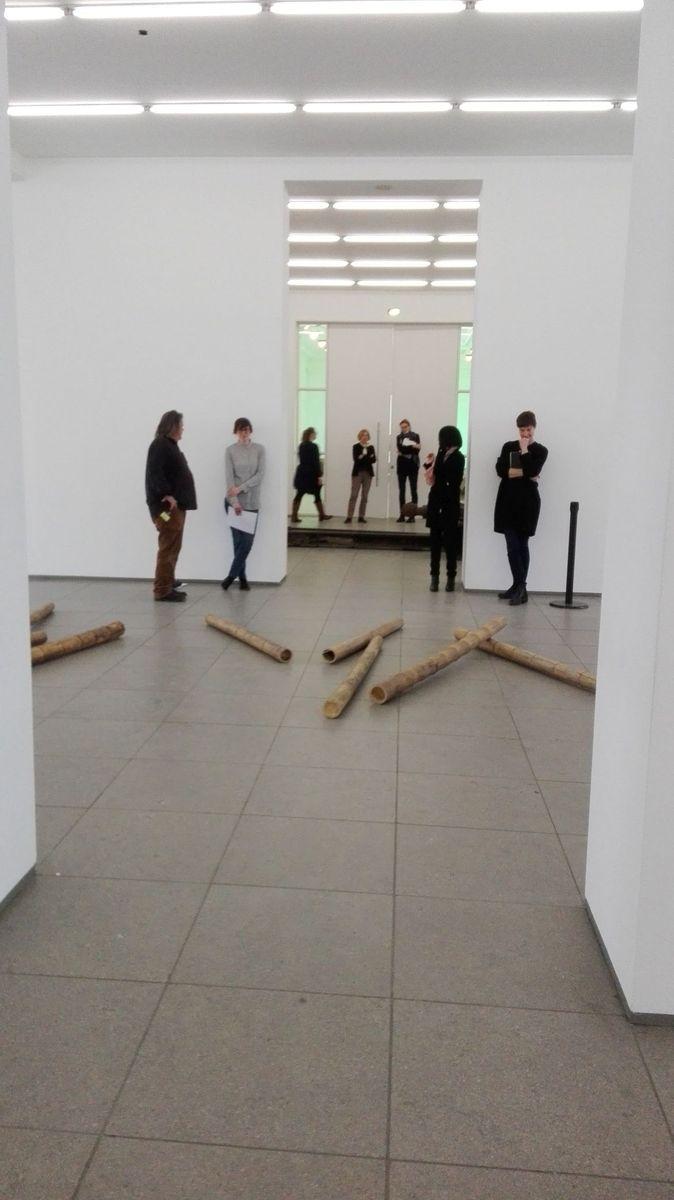 Die Künstlerin Qin Yufen im Gespräch mit Kuratorinnen des Hamburger Bahnhofs - Museum für Gegenwart - Berlin. Foto: Ella Falldorf