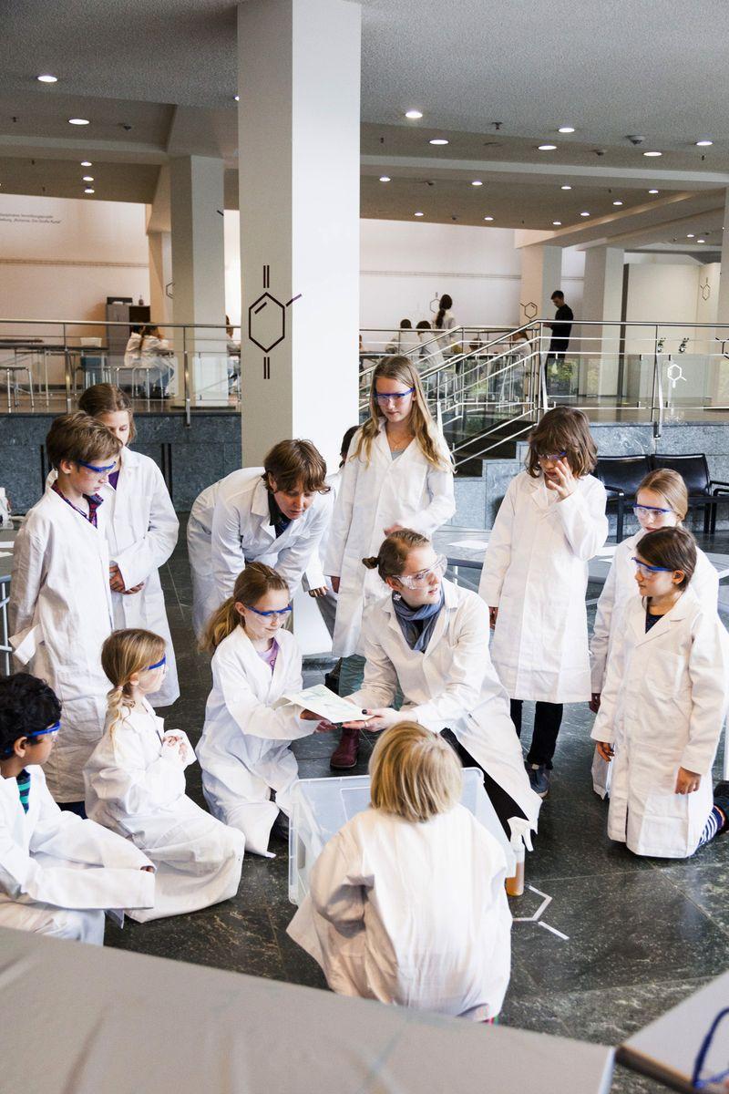 """Der Kinderworkshop """"Alchemistenküche"""" im Kulturforum © Staatliche Museen zu Berlin / Valerie Schmidt"""