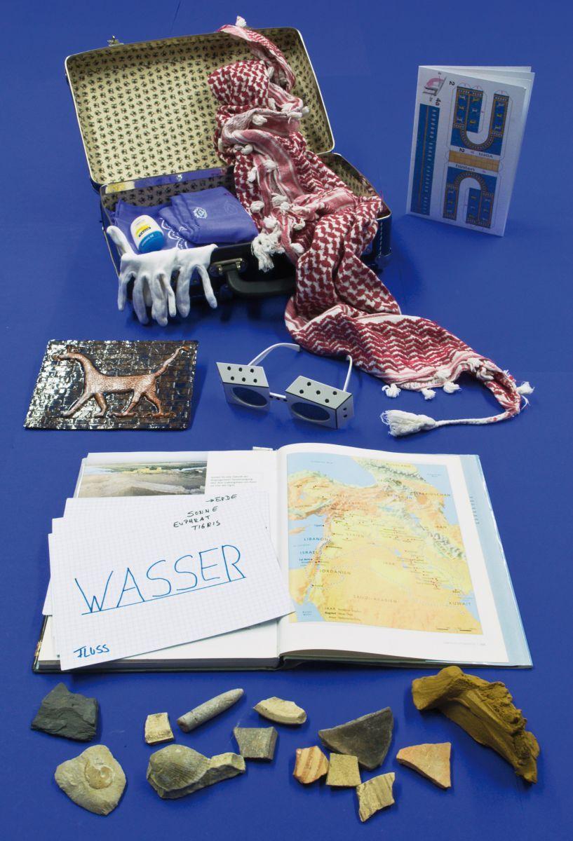Der 'Archäologenkoffer'. Mit dabei: Sonnenschutz, Kopfbedeckungen wie Turbane, Fossilien, Karten, Modelle, Restauratoren-Handschuhe. Foto: Anke Fischer