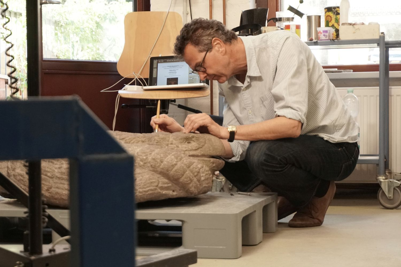 Diplom-Restaurator Sebastian Röhl in seiner Werkstatt. Foto: Charlotte Jansen