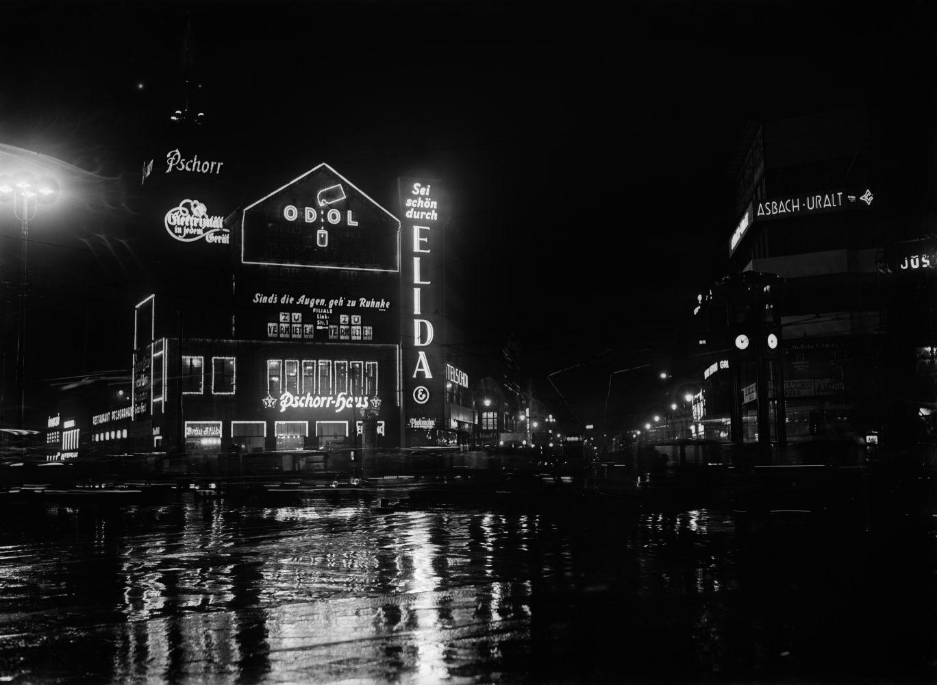 Willy Römer: Potsdamer Platz bei Nacht, Blick zum Pschorr-Haus (1929), Copyright bpk / Kunstbibliothek, SMB, Photothek Willy Römer / Willy Römer