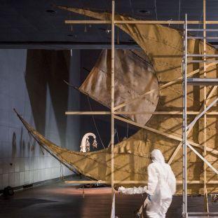 Das Santa-Cruz-Boot im Ethnologischen Museum wird abgebaut. Foto: Staatliche Museen zu Berlin / David von Becker