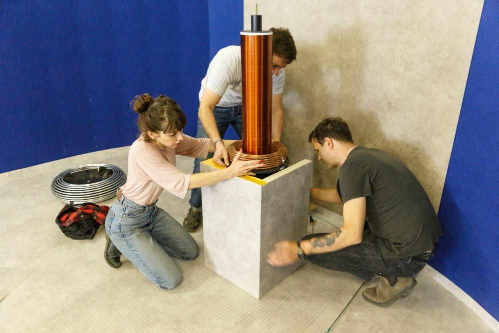 Emma Adler beim Probeaufbau. Mit Lucien Tunger und Mathias Schwarz. Foto: André Wunstorf
